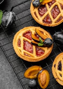 Wysoki kąt pysznych ciast ze śliwkami