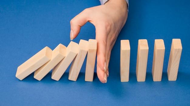 Wysoki kąt ręki z koncepcją ecnomy