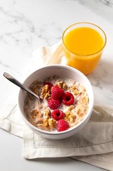 Wysoki kąt skład zdrowych płatków zbożowych z sokiem pomarańczowym