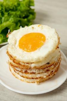 Wysoki kąt smażone jajka układ na prostym tle