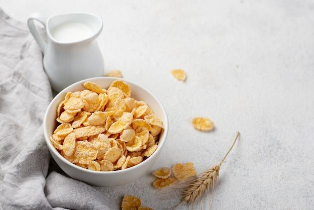 Wysoki kąt śniadaniowych płatków kukurydzianych z mlekiem i miejsca kopiowania
