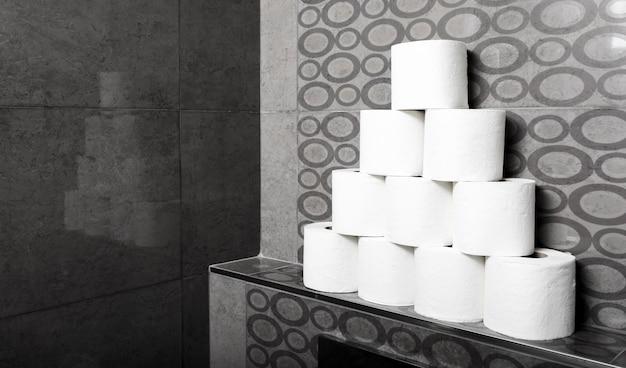 Wysoki kąt stos rolek papieru toaletowego na półce
