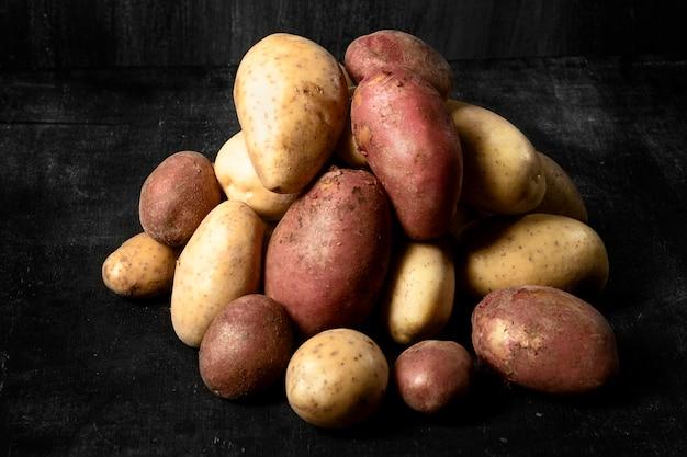 Wysoki kąt stosu ziemniaków