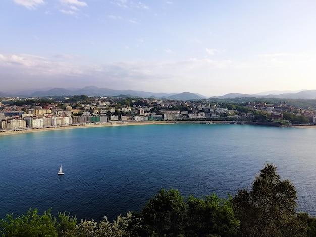 Wysoki kąt strzału hipnotyzującej scenerii plaży w san sebastian w hiszpanii