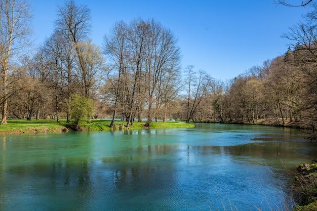 Wysoki kąt strzału jeziora w polu golfowym w otocec, słowenia