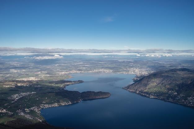 Wysoki kąt strzału jeziora zug w szwajcarii pod jasnym, błękitnym niebem