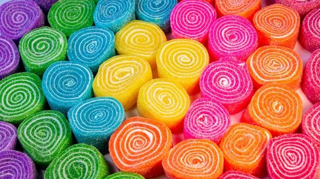 Wysoki Kąt Strzału Kolorowe I Smaczne Cukierki W Talerzu Darmowe Zdjęcia