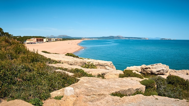 Wysoki kąt strzału na publicznej plaży playa illa roja w hiszpanii