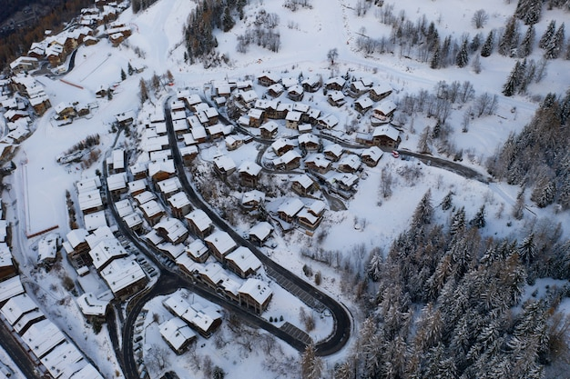 Wysoki kąt strzału ośnieżonej wioski wintersport, sainte-foy-tarentaise w alpach we francji.
