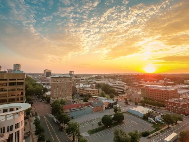 Wysoki kąt strzału pięknego miasta w greenville w południowej karolinie podczas zachodu słońca