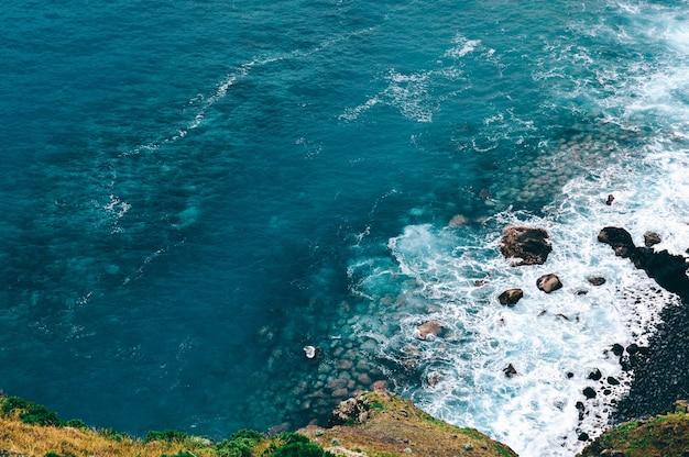 Wysoki kąt strzału pięknych fal morskich w madiera, portugalia