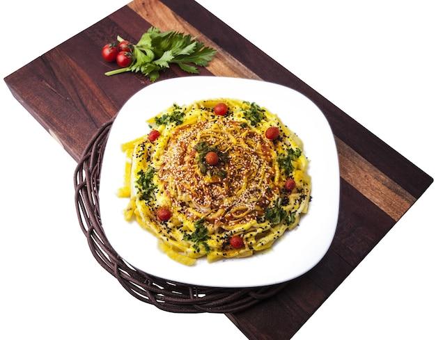 Wysoki kąt strzału pysznego jedzenia z kawałkami mięsa, warzyw i sezamu
