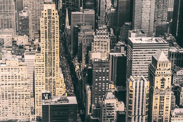Wysoki kąt strzału słynnego historycznego miasta nowy jork, pełnego różnego rodzaju budynków