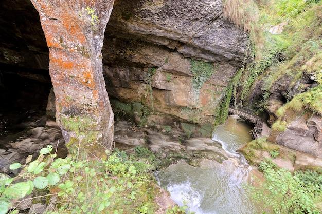 Wysoki kąt strzału strumienia w jaskini wysp kanaryjskich w hiszpanii