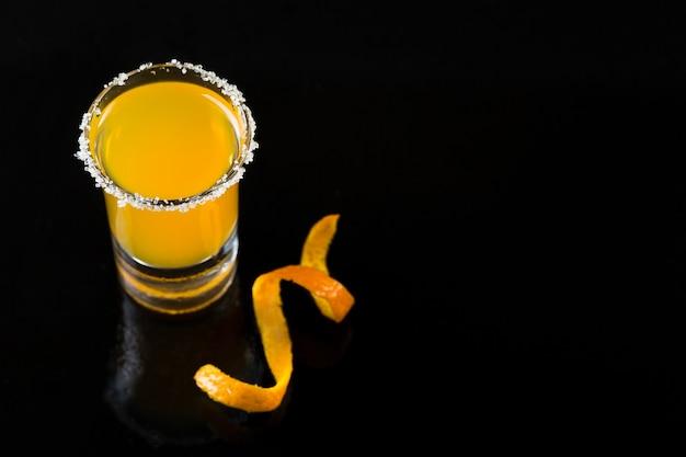 Wysoki kąt strzału szkła z pomarańczowym koktajlem