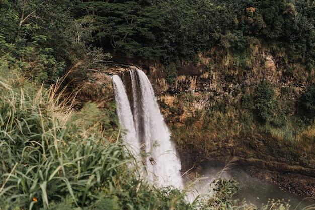 Wysoki kąt strzału wodospady w parku stanowym rzeki wailua na hawajach, w usa