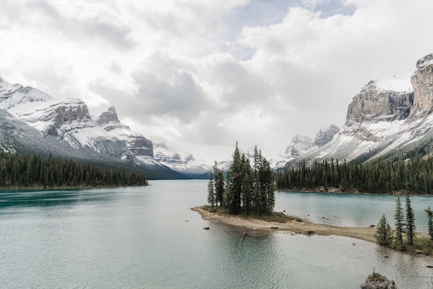 Wysoki kąt strzału z czystego zamarzniętego jeziora otoczonego górską scenerią