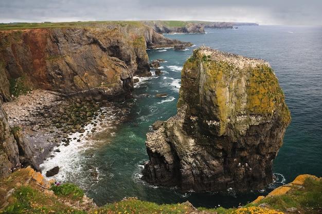 Wysoki kąt strzału z elegug stosów. formacja skalna w pembrokeshire w południowej walii w wielkiej brytanii