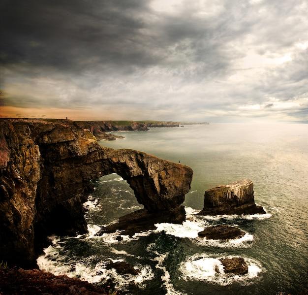 Wysoki kąt strzału z green bridge of wales w wielkiej brytanii