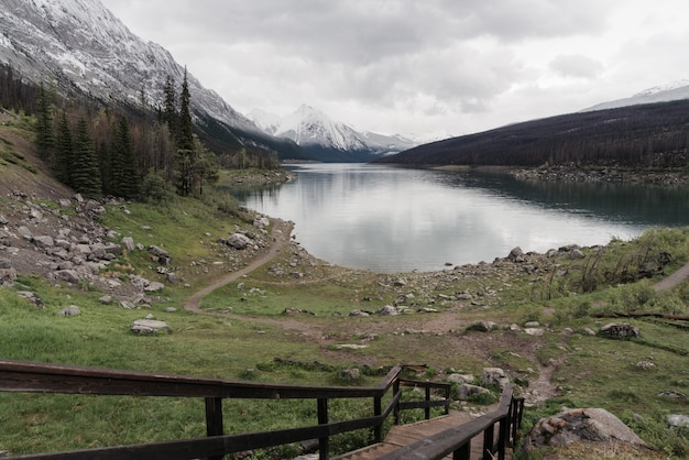 Wysoki kąt strzału z jasnego zamarzniętego jeziora otoczonego górską scenerią