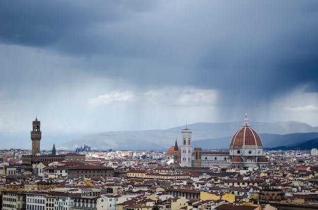 Wysoki kąt strzału z pięknego miasta florencji pod bezchmurnym niebem