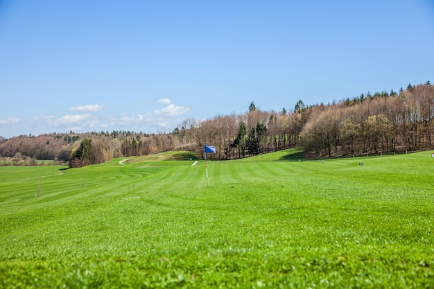 Wysoki kąt strzału z pola golfowego w otocec, słowenia w słoneczny letni dzień