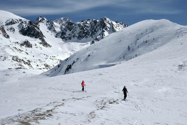 Wysoki kąt strzału z zalesionej góry pokryte śniegiem w col de la lombarde - isola 2000 we francji