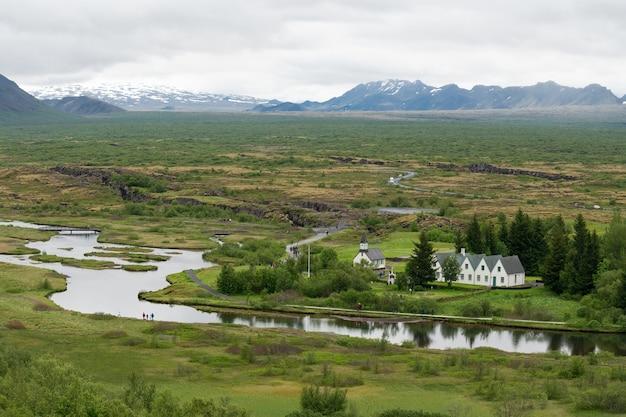 Wysoki kąt strzału zielonego krajobrazu w thingvellir, islandia þingvellir thingvellir islandia