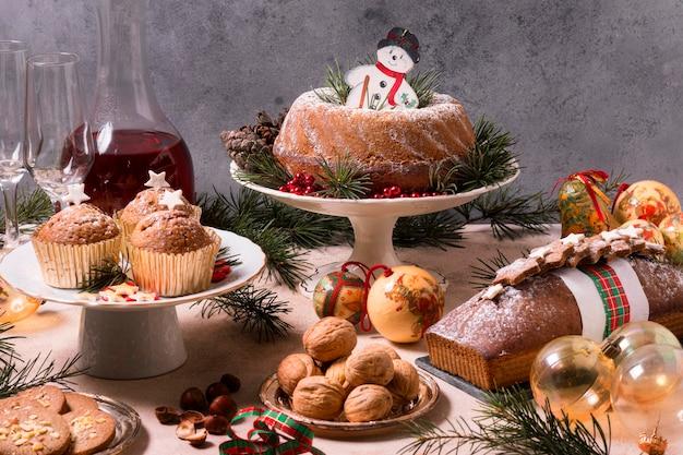 Wysoki kąt świątecznej uczty z pysznym jedzeniem