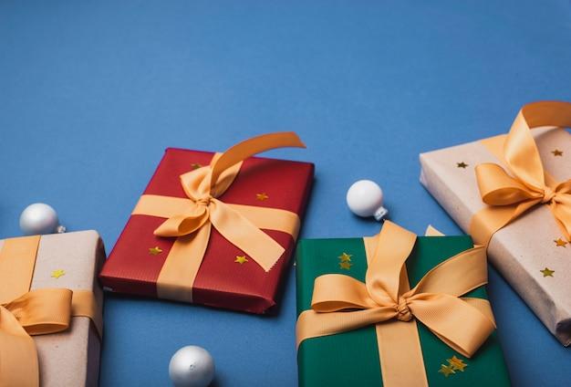 Wysoki kąt świątecznych prezentów ze wstążką