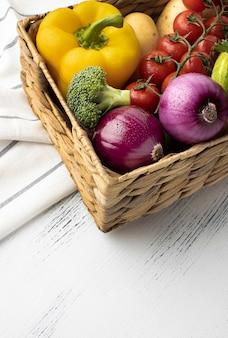 Wysoki kąt świeże warzywa w koszu
