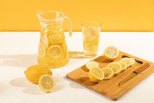 Wysoki kąt świeżych cytryn na stole do lemoniady