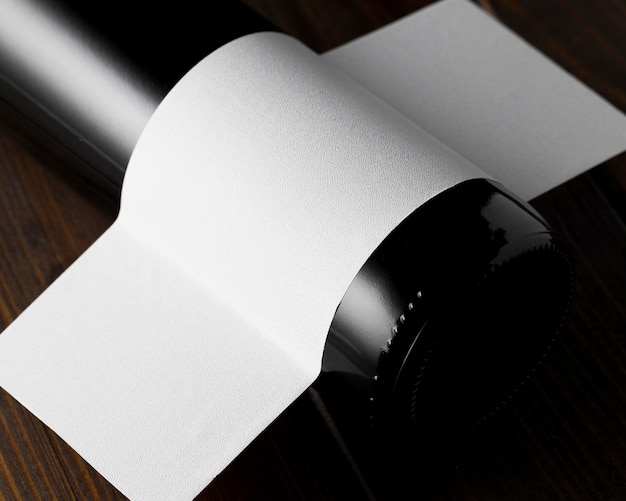 Wysoki kąt szklanej butelki wina z pustą etykietą
