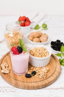 Wysoki kąt szklanki jogurtu owocowego z orzechami włoskimi