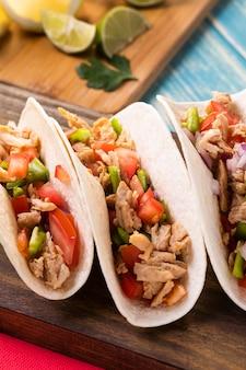 Wysoki kąt tacos z mięsem