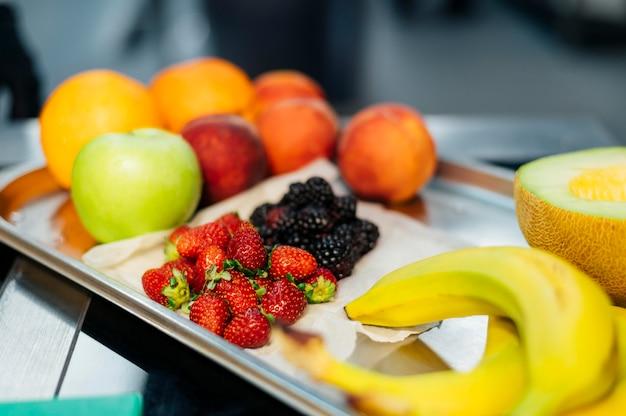 Wysoki kąt tacy ze świeżymi owocami