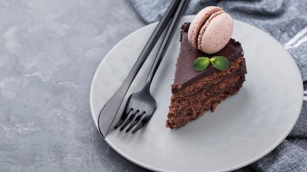 Wysoki kąt talerza z ciastem i sztućcami