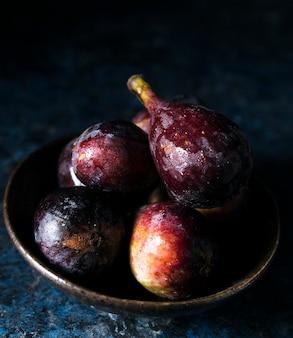 Wysoki kąt talerza z jesiennymi figami