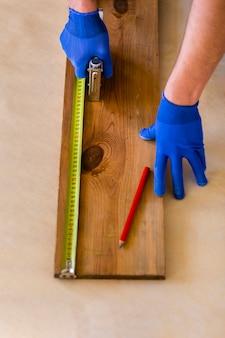 Wysoki kąt taśmy mierniczej na drewnie