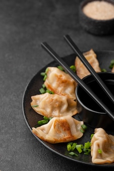 Wysoki kąt tradycyjne danie azjatyckie z kluskami na talerzu