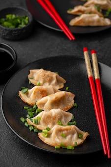 Wysoki kąt tradycyjnego azjatyckiego dania z pałeczkami i pierogami