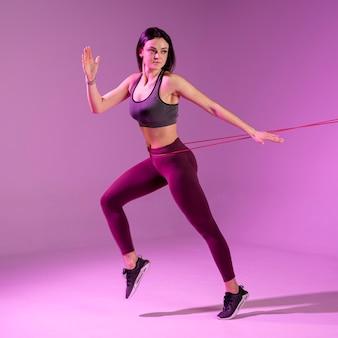 Wysoki kąt treningu młodych kobiet z gumką