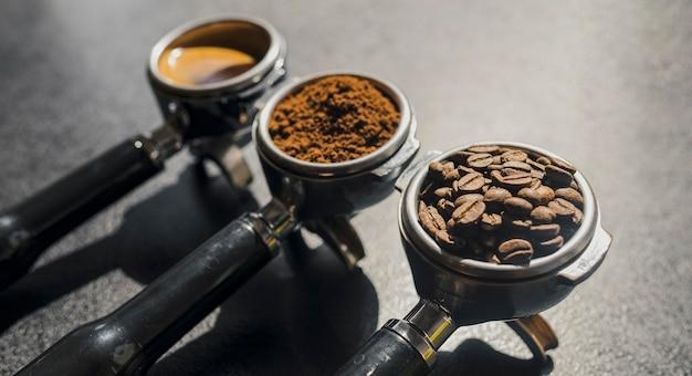 Wysoki kąt trzech filiżanek do ekspresów do kawy z różną kawą