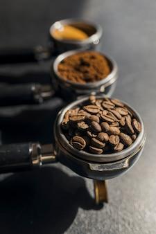 Wysoki kąt trzech filiżanek do ekspresu do kawy