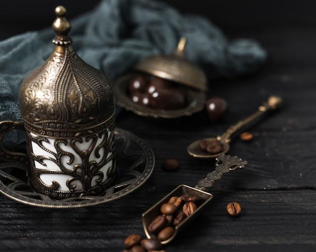 Wysoki kąt tureckiej filiżanki kawy