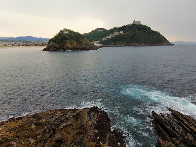 Wysoki kąt ujęcia hipnotyzującej scenerii plaży w san sebastian w hiszpanii