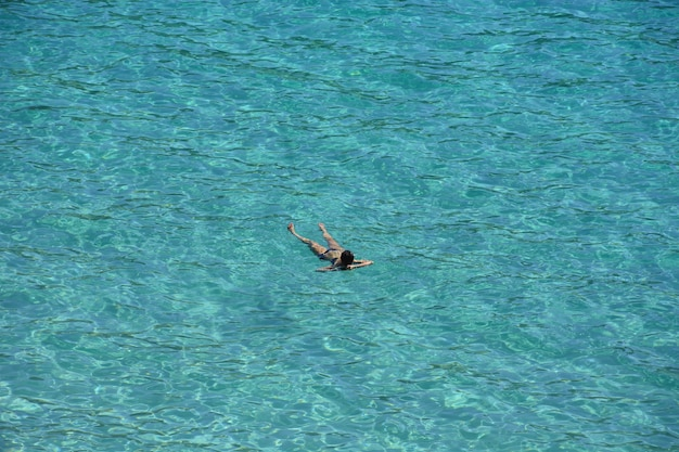 Wysoki kąt ujęcia mężczyzny opalającego się w wodzie
