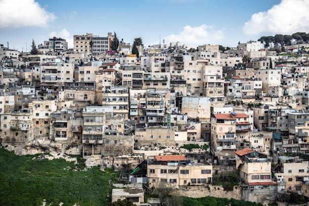 Wysoki kąt ujęcia pejzażu miejskiego z wieloma betonowymi budynkami pod pięknym zachmurzonym niebem