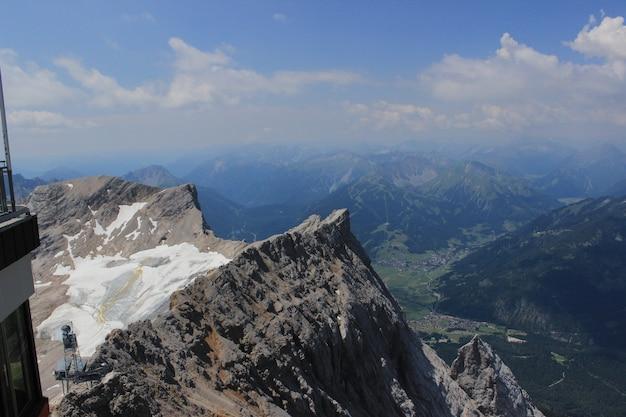 Wysoki kąt ujęcia pięknego szczytu zugspitze w pobliżu miasta garmisch partenkirchen w niemczech
