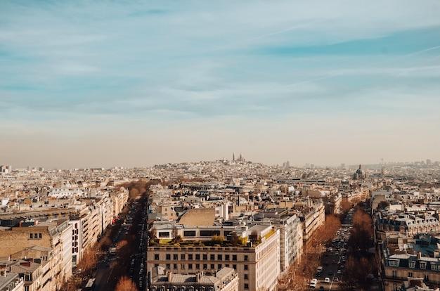 Wysoki kąt ujęcia pięknych budynków i ulic uchwyconych w paryżu we francji